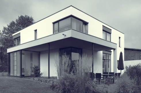 Architekturfotografie wohnhaus mit bauhaus reminiszenzen for Moderner baustil einfamilienhaus